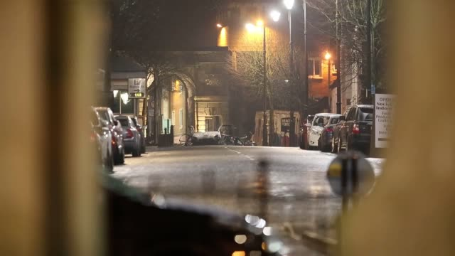 residents have been evacuated after a suspected car bomb exploded in londonderry the police service of northern ireland as well as firefighters and... - ロンドンデリー点の映像素材/bロール