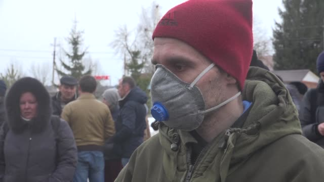 vídeos y material grabado en eventos de stock de residents of a russian town demonstrate over noxious fumes coming from a local dump which have left dozens of children complaining of dizziness and... - náusea