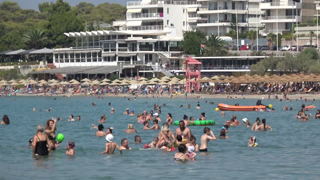 vídeos de stock, filmes e b-roll de residents of athens find refuge to the nearby beaches of vouliagmeni area, due to the sweltering heat wave on august 01, 2021 in athens, greece.... - grécia
