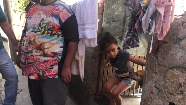 vídeos y material grabado en eventos de stock de residents of jardim do vale das virtudes favela receive a pack of food at campo limpo neighborhood on april 4, 2020 in sao paulo, brazil. according... - estado de são paulo