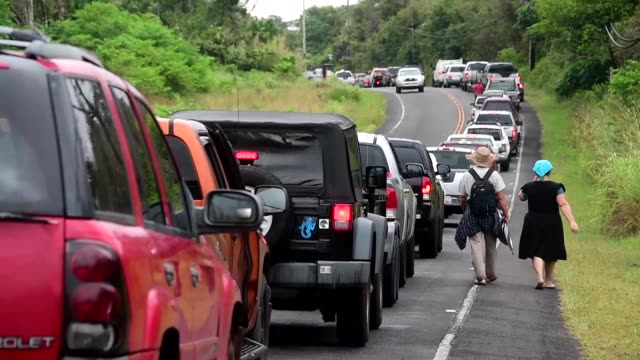 residents of leilani estates return to their homes to check on their properties and gather belongings after more than two dozen homes were destroyed... - evacuazione video stock e b–roll