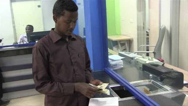 residents of somalias capital mogadishu on thursday condemned kenyas shutting down of money transfer services to the country over suspected links to... - corno d'africa video stock e b–roll