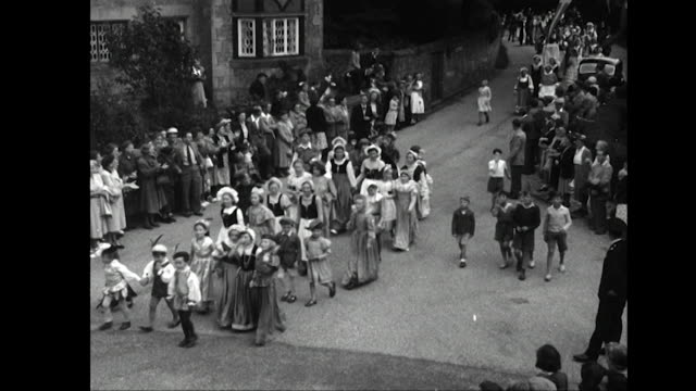 vídeos de stock e filmes b-roll de residents of the village of chipstead take part in a tudor procession as part of the festival of britain celebrations - tudor
