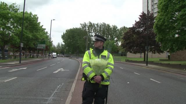 vídeos de stock e filmes b-roll de residents of woolwich area in eastern london said they were scared of going out in the street on thursday following the murder of a man thought to be... - decapitado