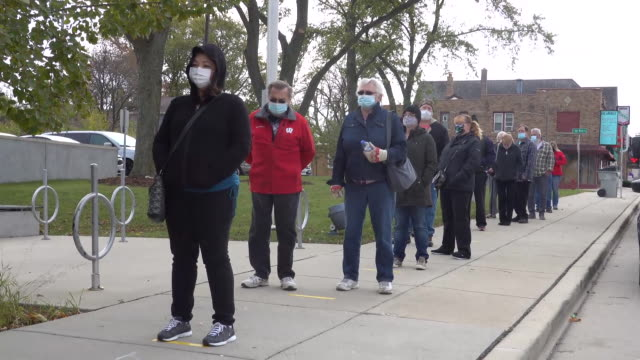 residents wait in line to vote outside of the tippecanoe branch library on october 20, 2020 in milwaukee, wisconsin. today is the first day of early... - ウィスコンシン州点の映像素材/bロール
