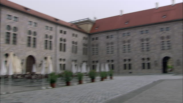 pan, ms residenz courtyard, munich germany - kopfsteinpflaster stock-videos und b-roll-filmmaterial