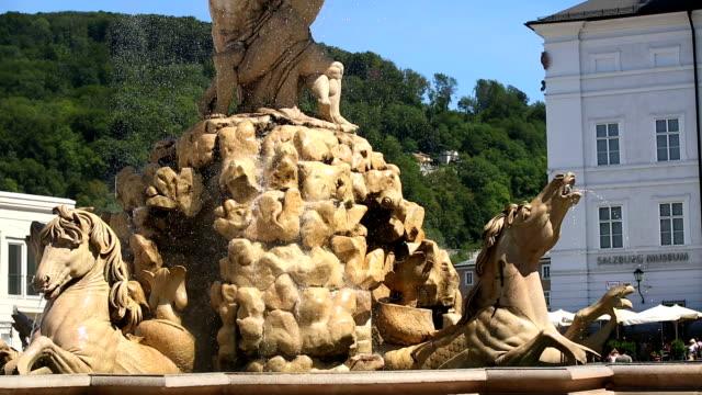 vídeos de stock, filmes e b-roll de tu residenzbrunnen (residence fountain) on residenzplatz (residence square) in salzburg - representação de animal