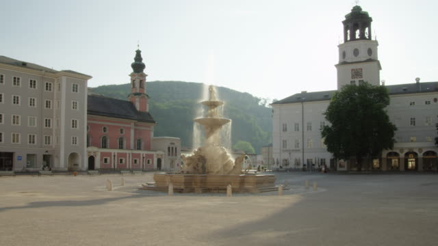 ws residenzplatz (residence square) with residenzbrunnen. the fountain was executed by tomasso di garona between 1656 to 1661. it is made of marble, considered the largest baroque fountain of central europe. neue residenz on right. - 広場点の映像素材/bロール