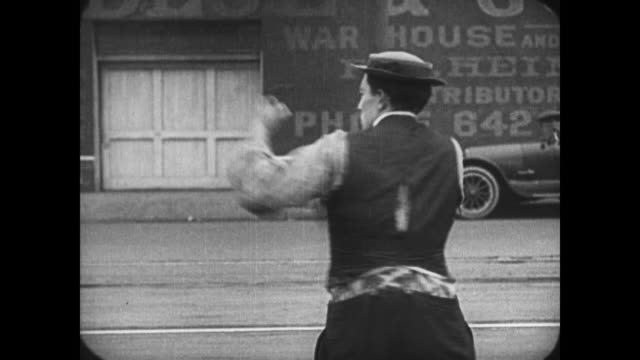vidéos et rushes de 1921 resolute man (buster keaton) turns to face police pursuers when train interrupts his thought and he walks away - évasion