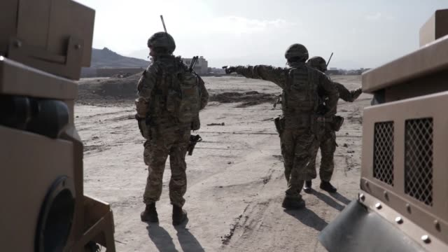 vidéos et rushes de resolute support mission leadership, along with kabul security force soldiers and the task force brawler aviation team, conduct an aerial reaction... - armement