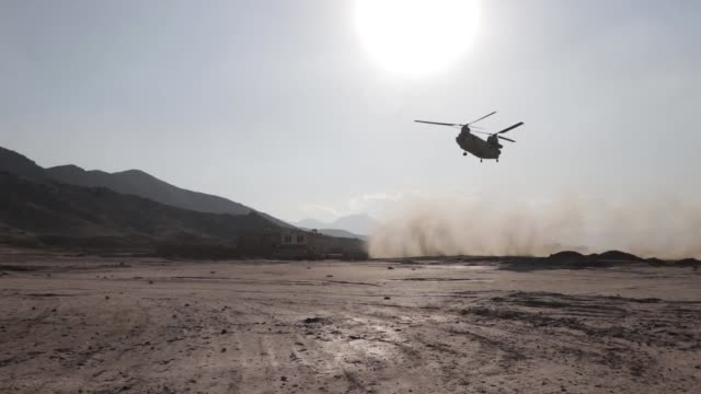 vidéos et rushes de resolute support mission leadership, along with kabul security force soldiers and the task force brawler aviation team, conduct an aerial reaction... - afghanistan