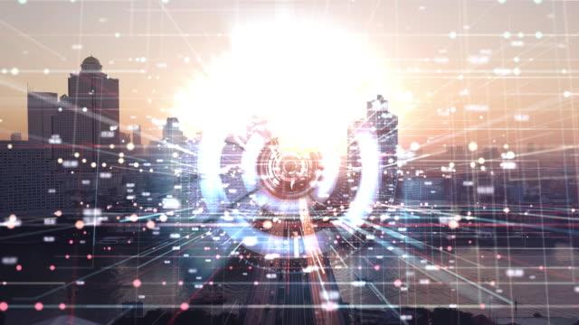 vidéos et rushes de résolution 4k ville de vue aérienne avec internet connection technology.networking et communication concept.wireless technology and internet of things. ville intelligente. big data - complexité