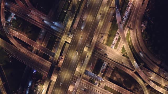 stockvideo's en b-roll-footage met 4k-resolutie luchtfoto van het wegverkeer kruising. transport concept. verbindings-en netwerktechnologie. drone-oogpunt - bovenste deel