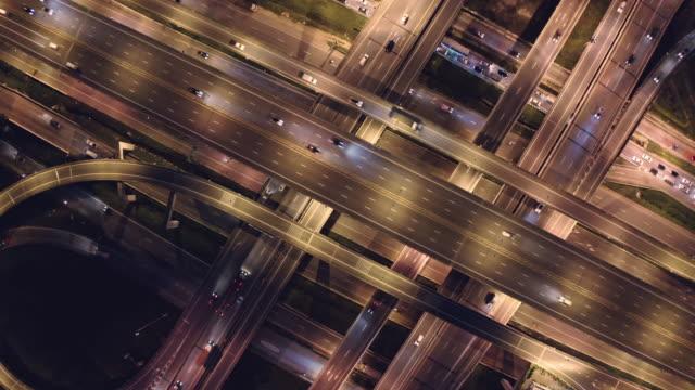 4k解像度航空ビュー道路交通交差点.交通コンセプト。接続とネットワーキング技術.ドローンの視点 - 上部分点の映像素材/bロール