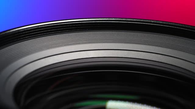 stockvideo's en b-roll-footage met 4k resolutie camera en lens zoom, close-up naar de lens. noodverlichting. - uitzenden