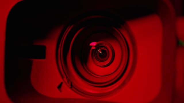 vídeos y material grabado en eventos de stock de resolución 4k cámara y lente zoom, primer plano de la lente. luz de emergencia. - peligro