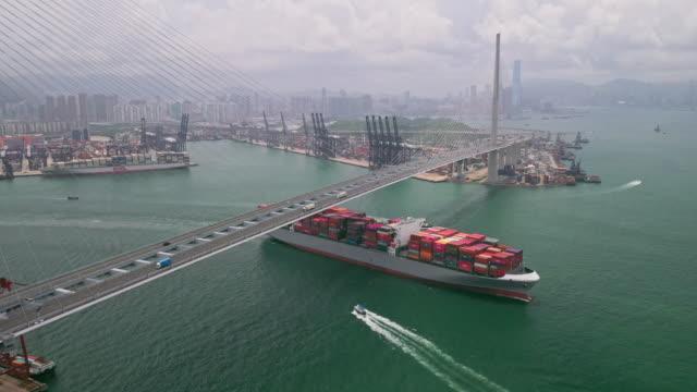 4k-auflösung container frachtschiff auf terminal kommerziellen hafen, business logistik und transportindustrie in hong kong, wassertransport international - frachtschiff stock-videos und b-roll-filmmaterial