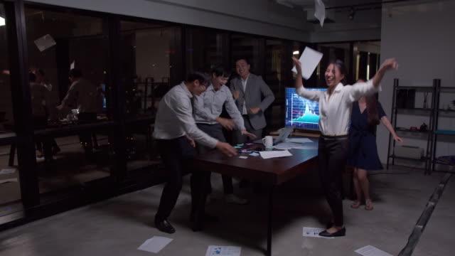 vidéos et rushes de 4k résolution happy asian business équipe heureux et la danse après avoir terminé de travailler , groupe de personnes d'affaires réussie dans le bureau. - collègue