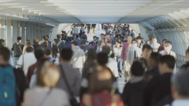 vidéos et rushes de résolution 4k beaucoup de piétons marchant, grand groupe de personnes, foules des banlieusards et concept de transport. concept asiatique de vie de ville - quartier financier