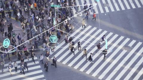 vídeos y material grabado en eventos de stock de resolución 4k personas y concepto de tecnología, gente llena de gente caminando e icono de comunicación global con línea de conexiones de red, tecnología-concepto futurista - cruzar