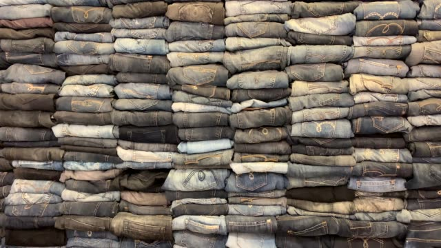 vidéos et rushes de pile de résolution 4k de jeans, fond denim - jeans texture