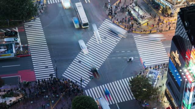 vidéos et rushes de résolution 4k time lapse vue aérienne de shibuya traversant la ville de tokyo - internet des objets