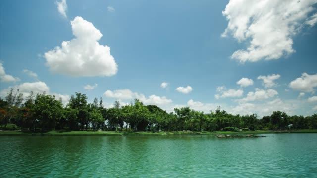 vídeos de stock, filmes e b-roll de resolução 4k, lapso de tempo, nuvens de lago paisagístico movendo liberdade e céu azul. - moving activity