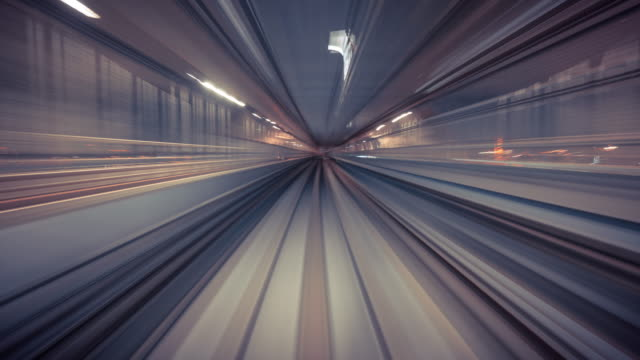 risoluzione 4k time lapse del treno in movimento in galleria, tecnologia dei trasporti - futuristico video stock e b–roll