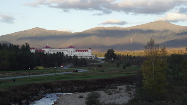 resort at the base of mt washington in new hampshire at sunset - new hampshire stock-videos und b-roll-filmmaterial