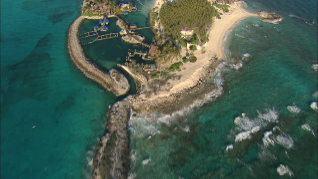 stockvideo's en b-roll-footage met aerial resort 'day-trip 'island with lagoons and beaches near nassau, bahamas - bahama's