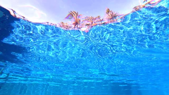 4 k でスローモーションで熱帯気候でリゾート プール水中ポイントのビュー