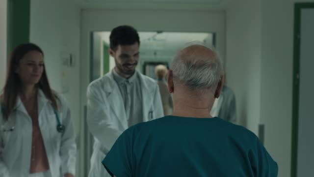 vídeos y material grabado en eventos de stock de respetado cirujano senior en el hospital - artículo médico