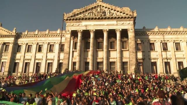 respirando un ambiente de fiesta y un penetrante olor a hierba cientos de uruguayos celebraron la ultima marcha con la marihuana ilegal hacia el... - uruguay stock videos & royalty-free footage