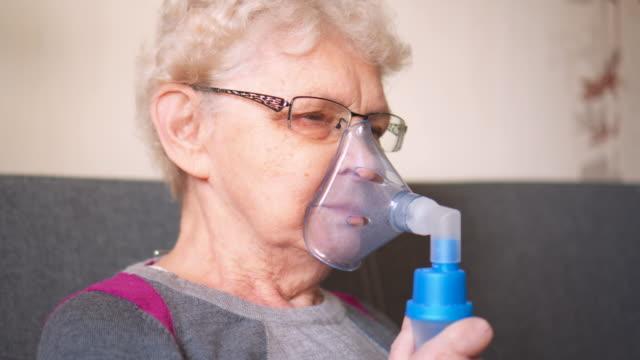 vídeos y material grabado en eventos de stock de catéter nasal de oxígeno respiratorio para mujer mayor - sistema respiratorio