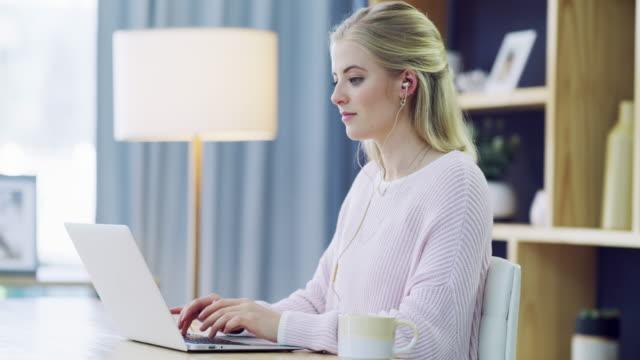 vidéos et rushes de répondre aux courriels - sitting