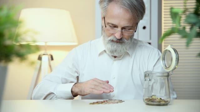 verantwortungsvolle investitionen - geldmünze stock-videos und b-roll-filmmaterial