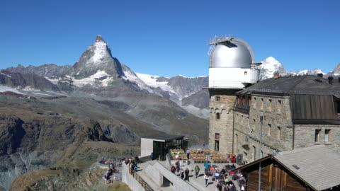 vídeos y material grabado en eventos de stock de restaurant and observatory on the alps, in the matterhorn region. - astronomie