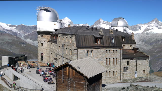 vídeos y material grabado en eventos de stock de restaurant and observatory on the alps, in the matterhorn region. - astronomie