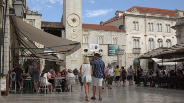 restaurant at clock tower at stradun street (placa) in old town of dubrovnik - croazia video stock e b–roll
