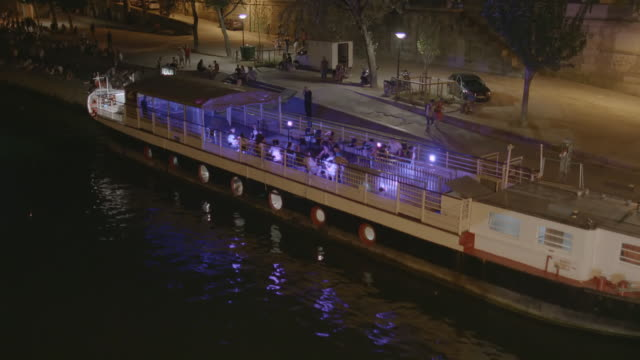 WS TD Restaurant boat on the Seine river at night / Paris, France