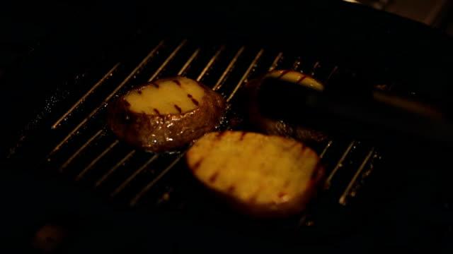 vídeos y material grabado en eventos de stock de chef de restaurante, preparación de alimentos - patata