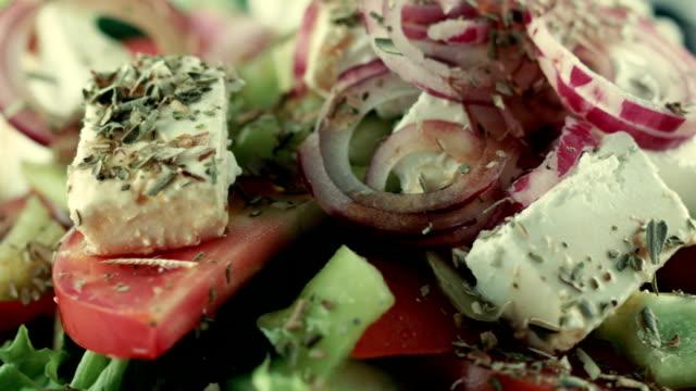 レストランの料理。ギリシャ風サラダ - シェーブルチーズ点の映像素材/bロール