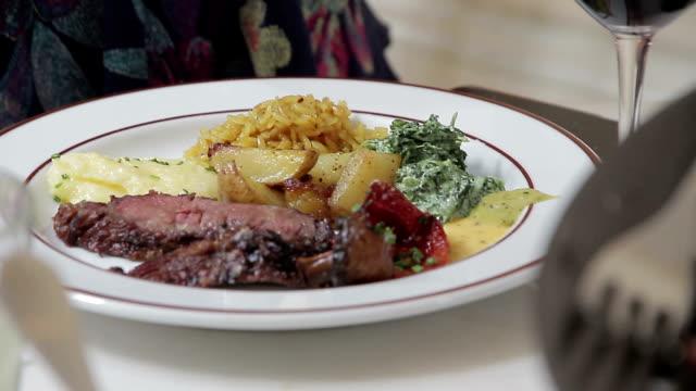 vídeos y material grabado en eventos de stock de restaurante de comida - aperitivo plato de comida