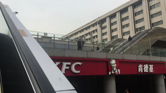 restaurant in tianjin railway station. kfc china continued its strong performance in china, with speeding up the pace of opening new stores. in the... - catena di negozi video stock e b–roll