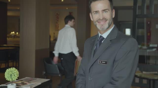 vídeos y material grabado en eventos de stock de restaurant maitre d greeting guests - hospitalidad