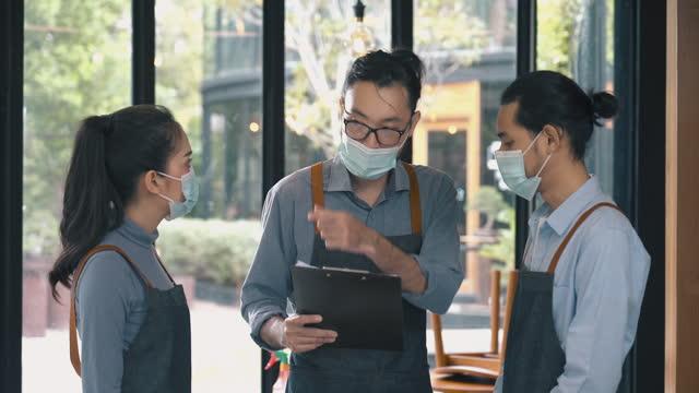 vídeos de stock e filmes b-roll de restaurant manager explaining and discussing with staffs in restaurant - empregada de mesa