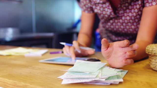 vidéos et rushes de gérant de restaurant prépare à fermer - facture