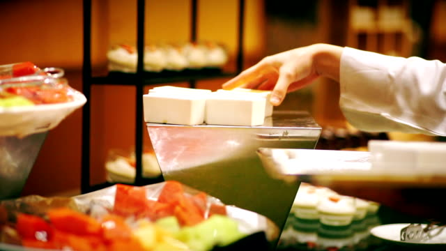 restaurangpersonalen serverar salladsbar en buffé hörn. - servitris bildbanksvideor och videomaterial från bakom kulisserna