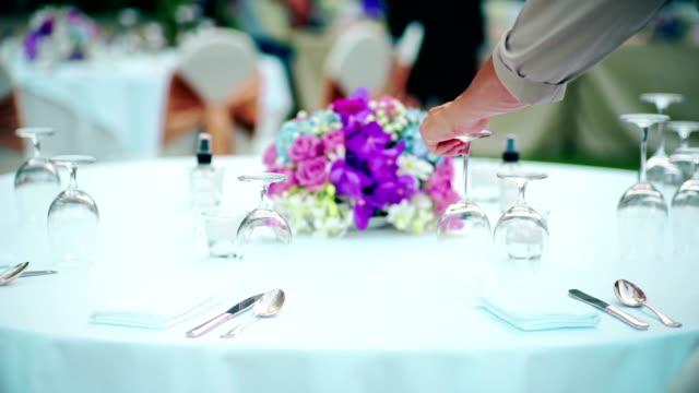 vídeos de stock e filmes b-roll de restaurant staff setting outdoor table for dinner party or wedding reception. - employee engagement