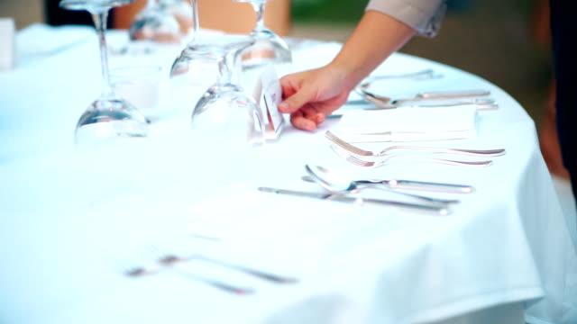 stockvideo's en b-roll-footage met restaurant personeel instelling buiten tafel voor het diner of bruiloft receptie. - employee engagement